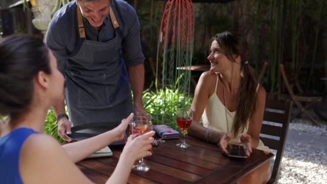 vidéos et rushes de boisson après le travail - expression positive