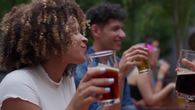 nach der arbeit ist das sammeln mit bier immer eine gute idee - erdnuss stock-videos und b-roll-filmmaterial