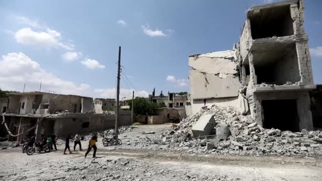 aftermath of a reported strike on the syrian city of ihsim in the idlib province showing destroyed buildings - siria video stock e b–roll