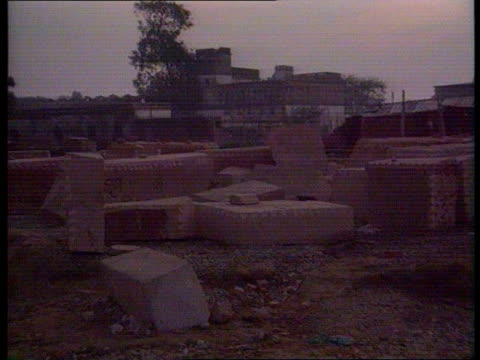 vídeos de stock, filmes e b-roll de ayodhya military police around ruins zoom in tbv police down rubble ms police in ruins of mosque tilt down to tomb stone early morning lms ruins of... - local religioso