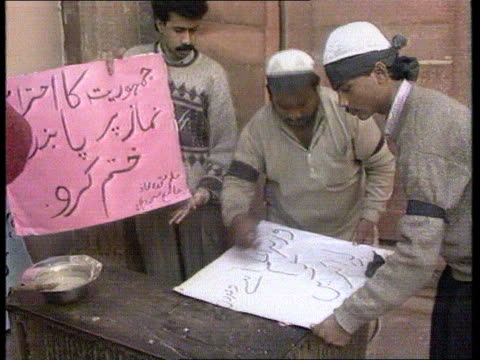 vidéos et rushes de demos on roof tops ms demos writing banners tcs banner 'start immediately reconstruction of babrimasjid ms soldiers marching towards int cms dr l m... - mosquée