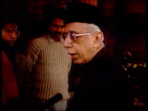 vidéos et rushes de aftermath of mosque demolition new delhi la gv indian parliament building ms mp's arriving pan cms voxs pops pm must quit cms austin i/c sof sign off - mosquée