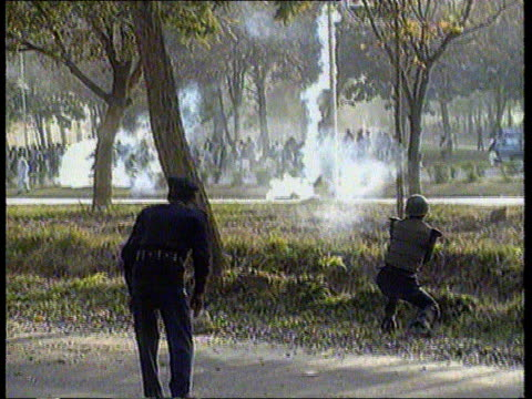 vidéos et rushes de lms rioters behind barbed wire bv riot police as firing on crowd tms demo of moslems towards india delhi austin i/c sof sign off - mosquée