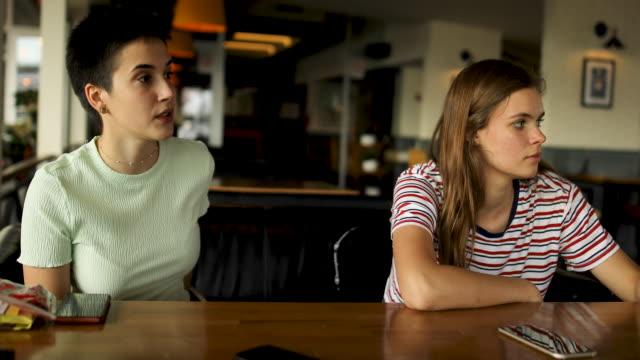 nachmittags-chat mit freunden - lesbe lesben stock-videos und b-roll-filmmaterial