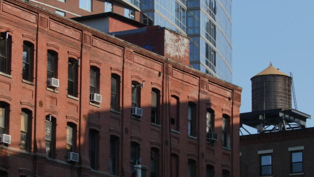 stockvideo's en b-roll-footage met afternoon sunlight makes shadow of manhattan bridge. the shadow reflects to loft building. - loft apartment