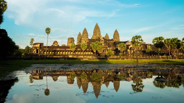 vídeos de stock e filmes b-roll de afternoon view of reflecting pool at angkor wat cambodia in timelapse - ponto turístico internacional