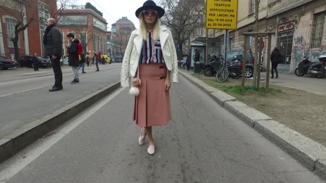 vidéos et rushes de agatha pollano is wearing a zara jacket zara skirt zara shoes primark shirt and primark bag during milan fashion week fall winter 2017/18 on february... - collection automne hiver