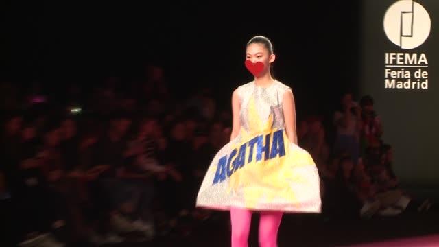 vídeos de stock e filmes b-roll de agatha ruiz de la prada catwalk mercedes benz fashion week madrid autumn/winter 20192020 - desfile de moda