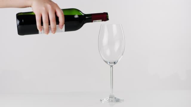 vidéos et rushes de vieilli à la perfection absolue - bouteille de vin