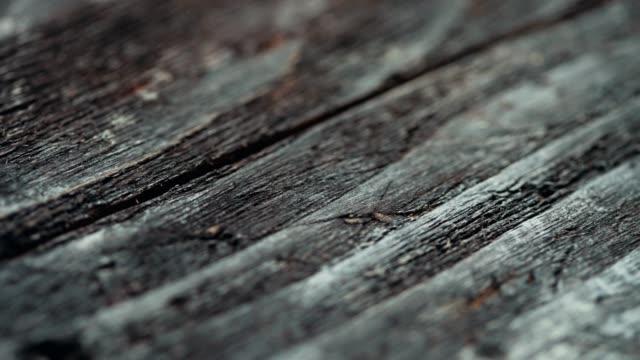 vídeos de stock, filmes e b-roll de close-up de material de madeira envelhecido. dolly tiro - exposto ao tempo