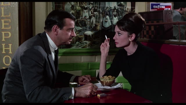 stockvideo's en b-roll-footage met 1963 cia agent (walter matthau) convinces agitated woman (audrey hepburn) to help him - 1963