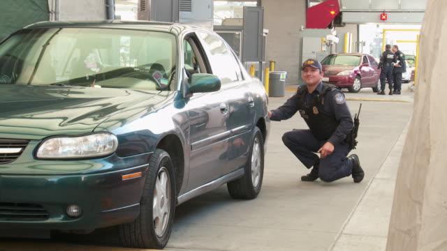 / cbp agent searching car - zoll und einwanderungskontrolle stock-videos und b-roll-filmmaterial