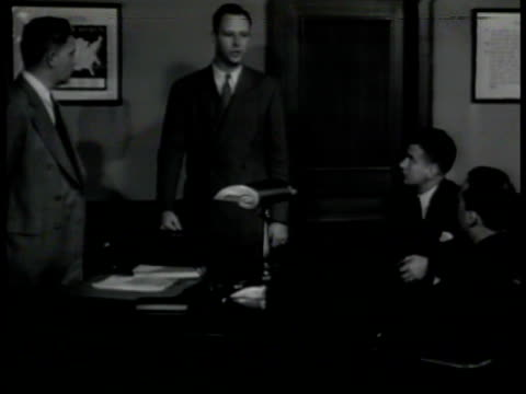 vidéos et rushes de agent talking to special agent in charge at desk talking about nazi rendezvous vs sac giving orders about undercover decoy mission to agent nyc - 1942