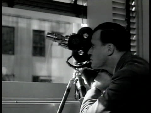 agent w/ camera on tripod. 'baumeyer' talking w/ german consul at table. spying espionage. new york city - 1942年点の映像素材/bロール