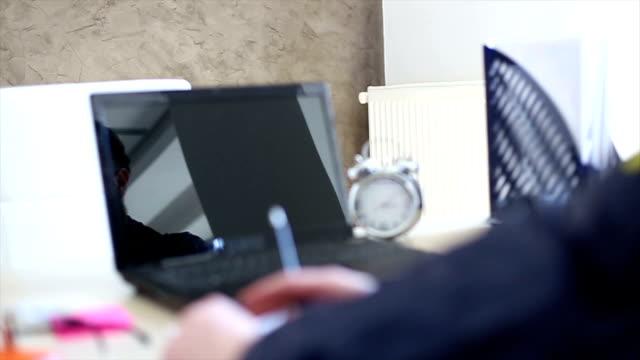 Washingtoner FBI-agent mit Bart Arbeiten auf seinem Büro
