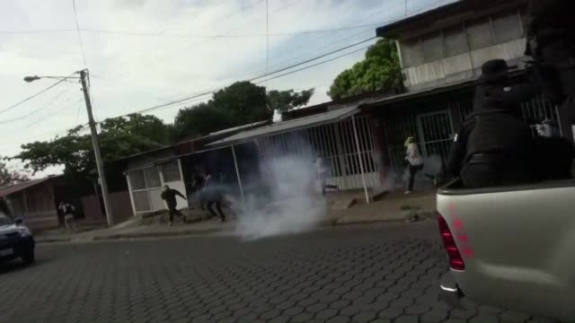 agentes antimotines nicaraguenses dispersaron el sabado con bombas aturdidores y golpes una manifestacion en managua contra el presidente daniel... - managua stock videos & royalty-free footage