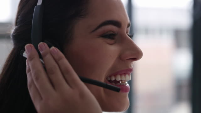 vídeos de stock e filmes b-roll de agents who connect with callers can help build brand loyalty - call center