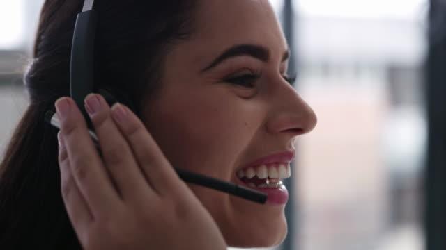 vídeos y material grabado en eventos de stock de los agentes que se conectan con las personas que llaman pueden ayudar a fidelizar a la marca - centro de llamadas
