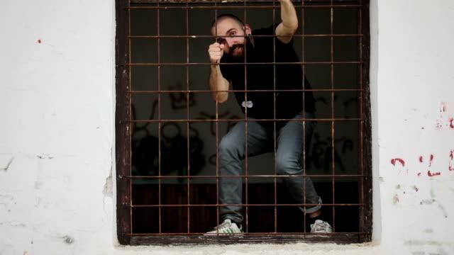 vídeos de stock, filmes e b-roll de prisioneiro agressivo - agressão