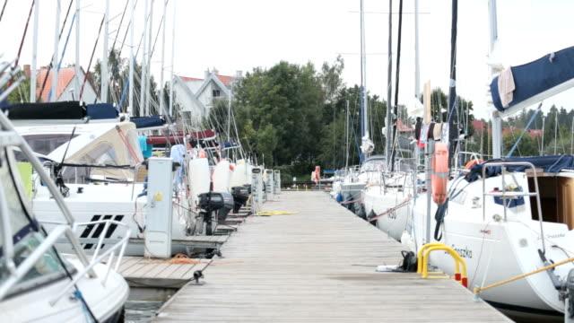 segelboote - jachthafen stock-videos und b-roll-filmmaterial