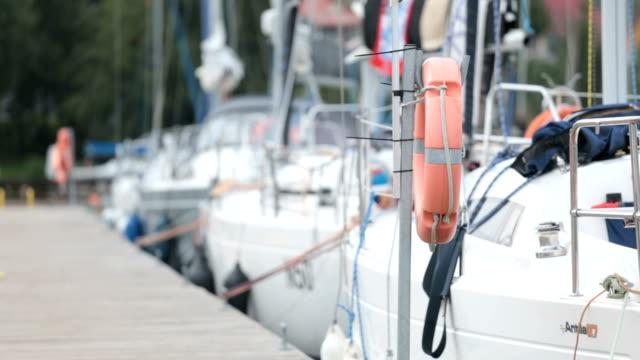 stockvideo's en b-roll-footage met zeilboten - jachthaven