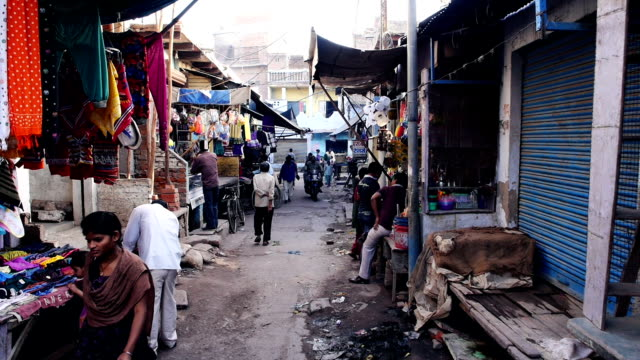 stockvideo's en b-roll-footage met agra back streets of india fixed camera - sloppenwijk