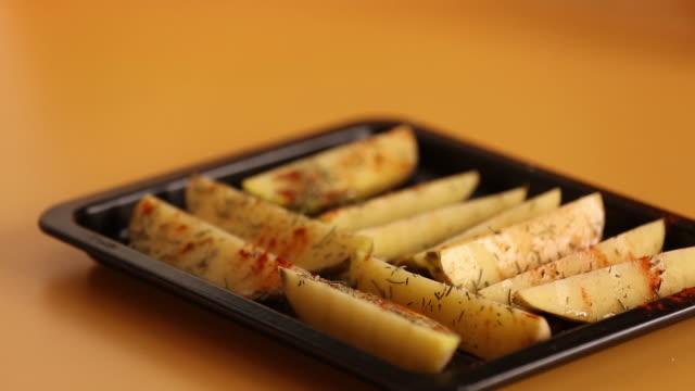 agregando pimienta y sirviendo patatas al horno con salsas - baked potato stock videos & royalty-free footage