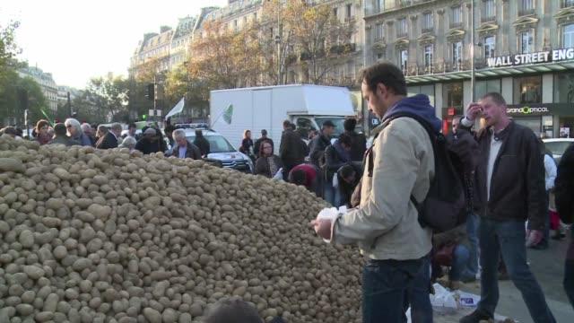 agricultores repartieron este miercoles toneladas de fruta y verdura gratis para protestar contra la importacion de frutas y vegetales baratos - fruta stock videos & royalty-free footage