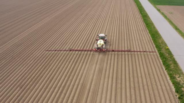 春に散布される農業畑 - 殺虫剤点の映像素材/bロール