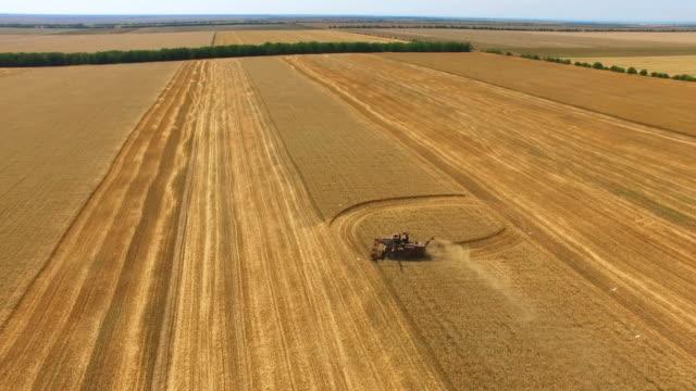 農業分野の空中: 農業機械 - クワッドコプター点の映像素材/bロール