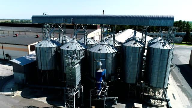 vídeos de stock, filmes e b-roll de silo de agrícola. vista aérea - cereal plant