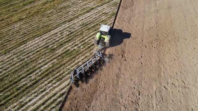 vídeos de stock, filmes e b-roll de agricultural tractor plowing a field - ucrânia