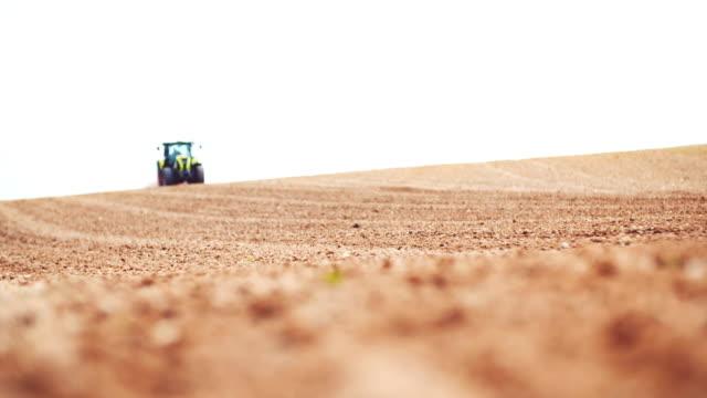 Landwirtschaftliche Zugmaschine Feld pflügen, Eggen