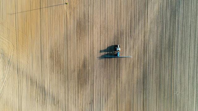 Tracteur agricole pulvérisant le champ avec des pesticides.