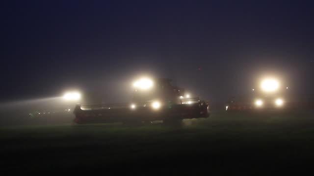 vídeos de stock, filmes e b-roll de agriculture - combine harvester - soja
