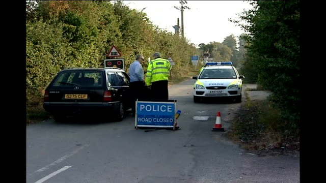 fears that schmallenberg virus may spread r23090701 suffolk nr ipswich baylham ext police officers chatting to motorist at road block at site of farm... - ロープ仕切り点の映像素材/bロール