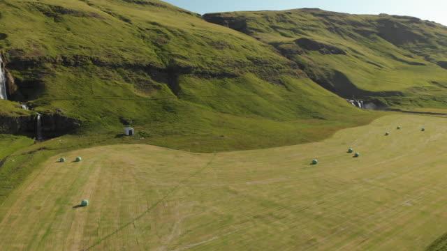 vídeos de stock e filmes b-roll de agriculture in iceland - vale