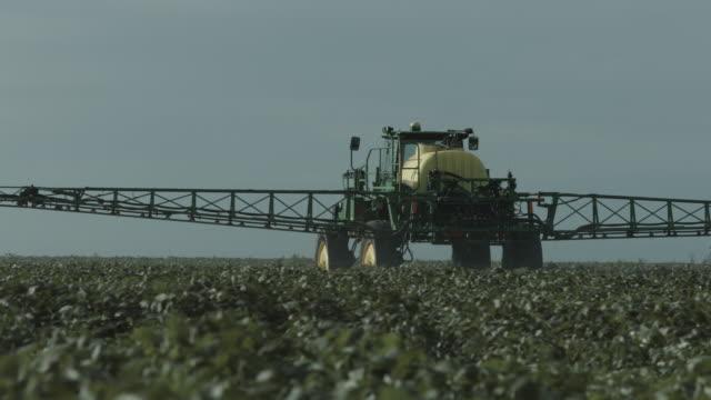 vídeos de stock, filmes e b-roll de agriculture machines working on soil - pulverizando