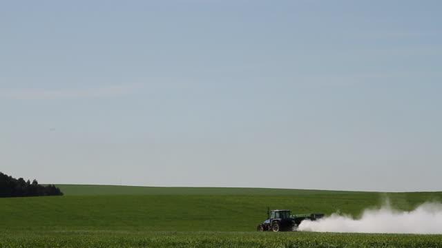 vídeos y material grabado en eventos de stock de agriculture - tractor fixing acidic field 4k - tractor