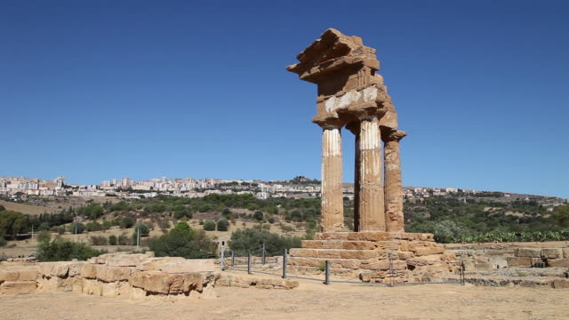 vidéos et rushes de agrigento, view of the temple of castor and pollux, in the center of sanctuary dedicated to the cathonic divinities - byzantin
