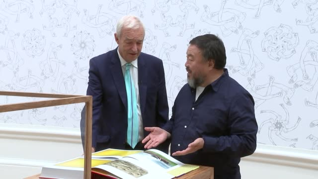 ai weiwei exhibition at the royal academy england london royal academy ext various of chinese artist ai weiwei and people posing for selfies in front... - jon snow journalist stock-videos und b-roll-filmmaterial
