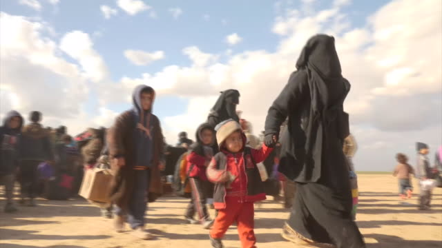 aid groups are warning of a new humanitarian crisis in eastern syria, as the jihadi militant group known as islamic state or daesh, battles to hang... - isis stock-videos und b-roll-filmmaterial