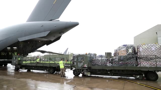 aid is loaded onto a royal air force c-17 globemaster iii aircraft at brize norton, oxfordshire, before it takes off to the areas affected by... - oxfordshire bildbanksvideor och videomaterial från bakom kulisserna