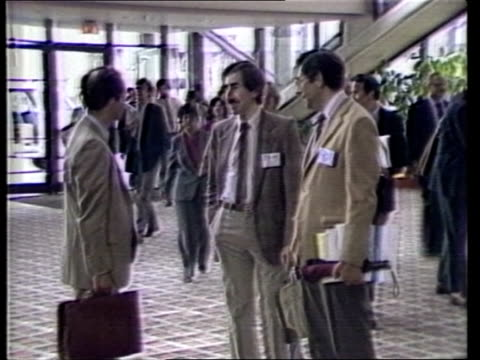 atlanta medical conference usa atlanta ext ms arrival of health officials for aids conference walking towards ms delegates entering lobby towards bv... - halle gebäude stock-videos und b-roll-filmmaterial
