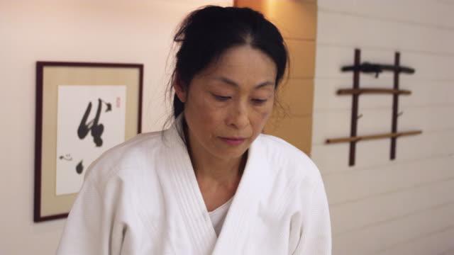 vídeos de stock e filmes b-roll de cu aikido instructor bowing / portland, oregon, usa - cara para baixo
