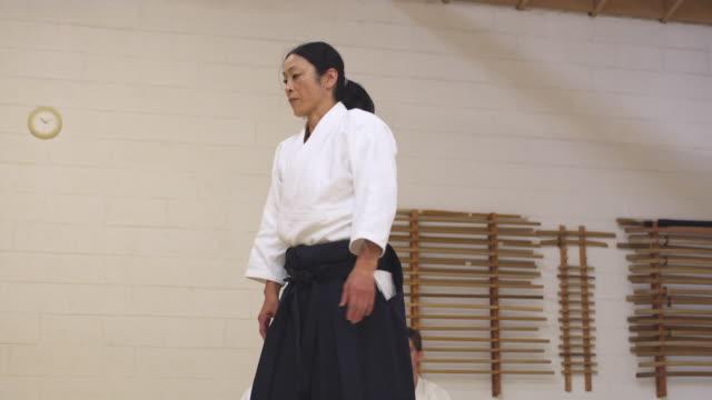ms aikido instructor teaching students in dojo / portland, oregon, usa - portland oregon点の映像素材/bロール