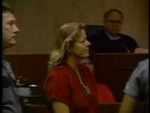 aileen wuornos being directed by officers during her trial for first degree pre-meditated murder, first degree felony murder and armed robbery. - crime or recreational drug or prison or legal trial点の映像素材/bロール