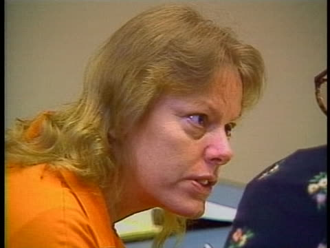 aileen wuornos speaks with her lawyer during her trial for first degree pre-meditated murder, first degree felony murder. and armed robbery. - crime or recreational drug or prison or legal trial点の映像素材/bロール