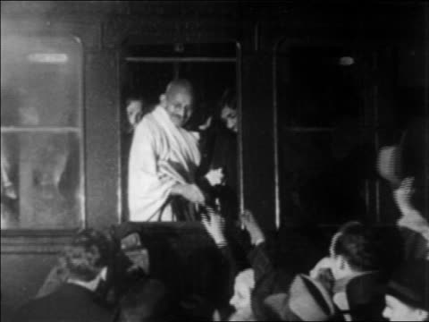 vidéos et rushes de b/w 1931 ailing gandhi in train window shaking hands with crowd / newsreel - 1931