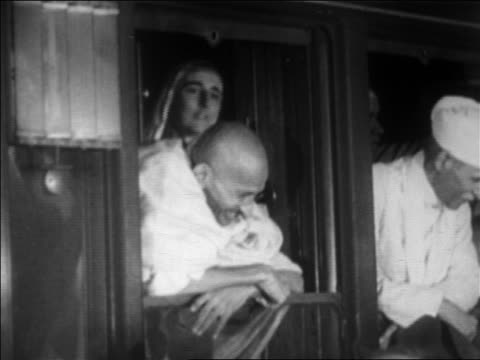 vidéos et rushes de b/w 1931 ailing gandhi leaning out of train window talking with crowd / newsreel - 1931